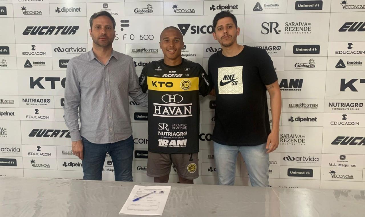 Pedrinho, jogador de base do FC Cascavel assina o primeiro contrato profissional