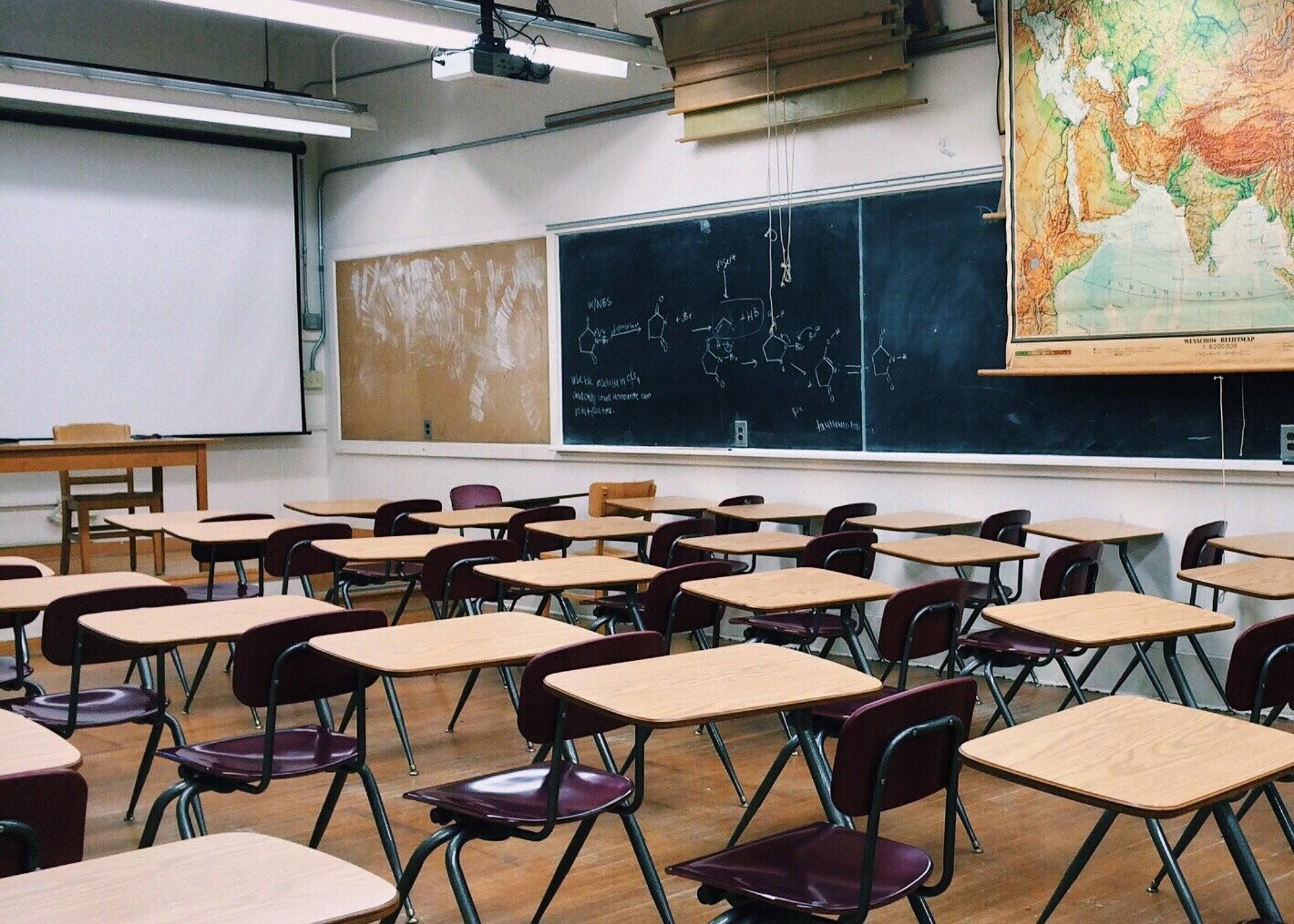 Professores do grupo de risco serão afastados das escolas do PR