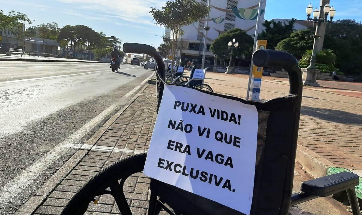 Ação educativa alerta sobre vagas exclusivas para idosos e pessoas com deficiência