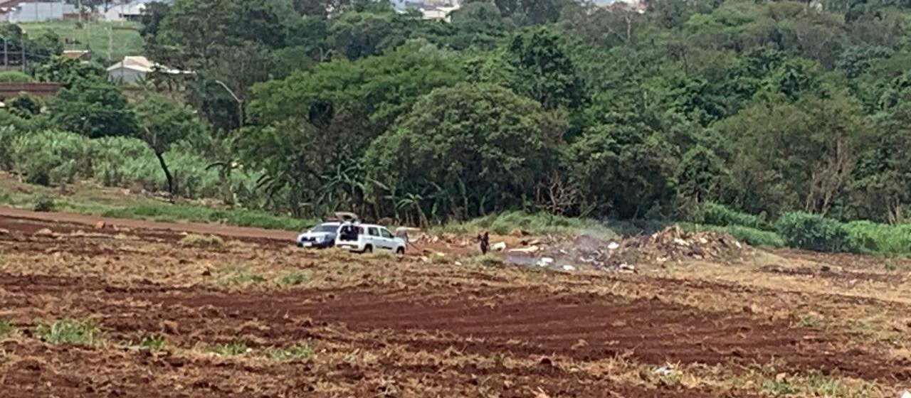 Homens são flagrados jogando lixo e fazendo queimadas em área de nascente