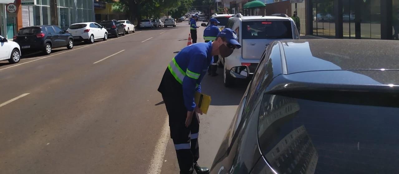 Agentes da Transitar realizam orientação para uso de cinto de segurança