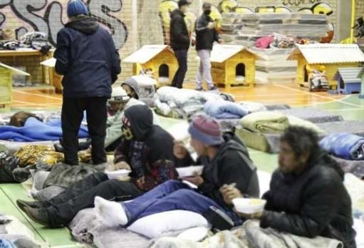 Ginásio do Creas recebeu 60 moradores na primeira noite