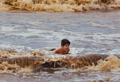 Crianças e água suja