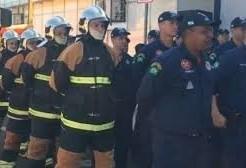 Prefeito entrega uniformes para bombeiros que atuam no Aeroporto Municipal