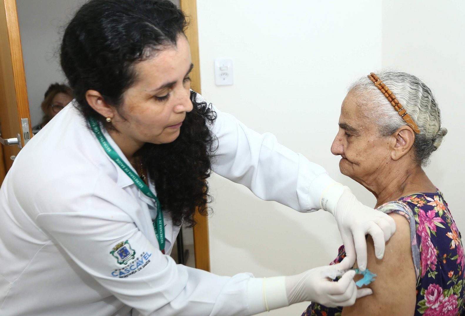 Cascavel vacina mais de 90% do público-alvo contra Influenza