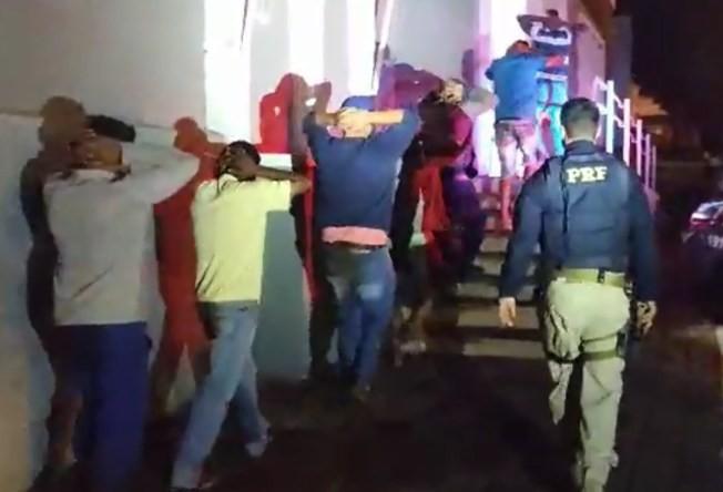 Oito são presos por saquear carga de cerveja durante incêndio