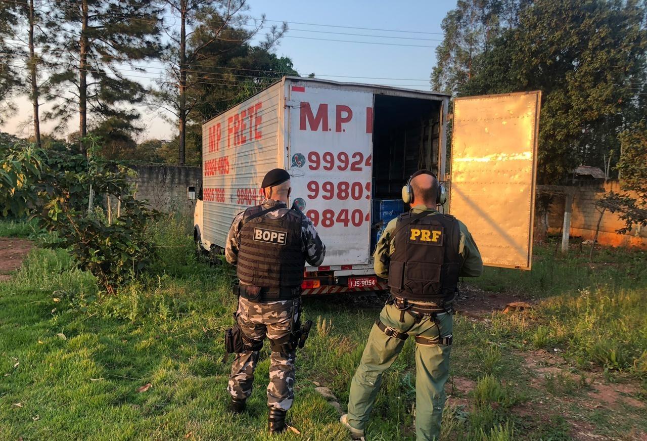 Polícia recupera caminhão roubado e que estava carregado com agrotóxicos