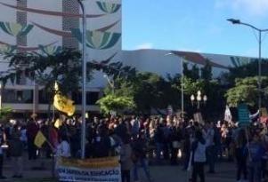 Alunos e professores da Unioeste fazem manifesto contra cortes do governo