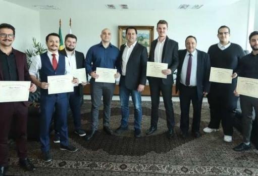 Paranaenses premiados em competição mundial são homenageados