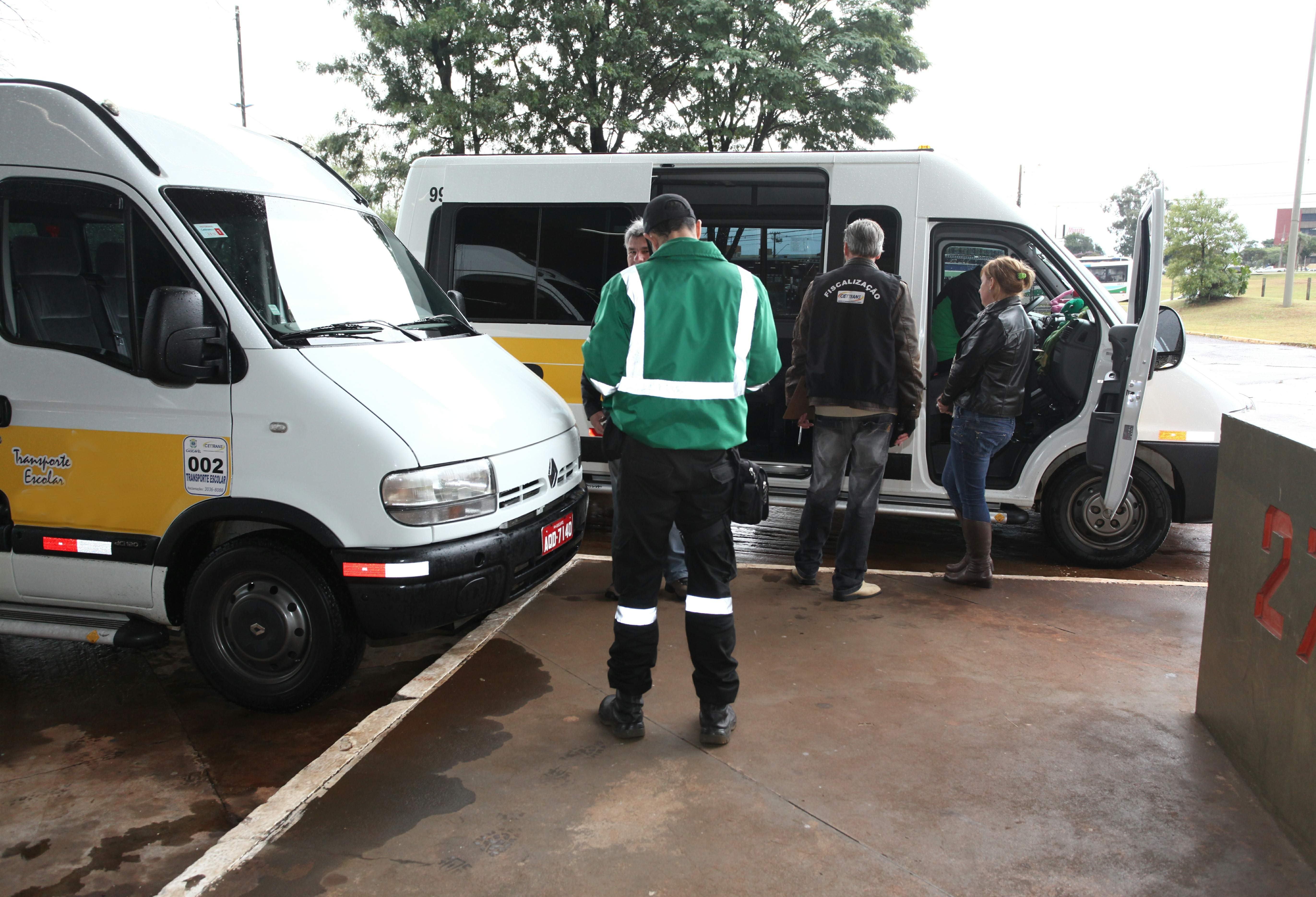 Vans escolares passam a fazer transportar de passageiros que não podem utilizar transporte público
