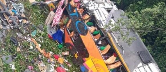 Doze morrem após ônibus tombar na BR-376 em Guaratuba