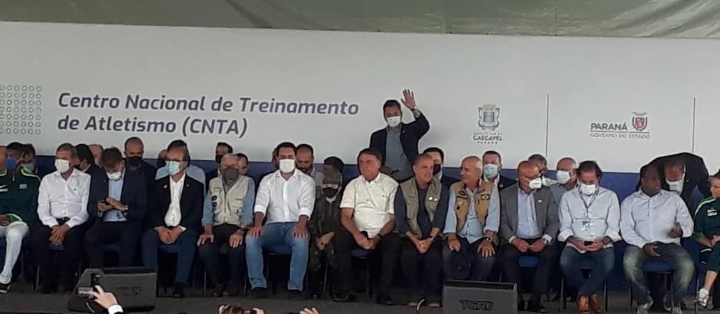 """""""Não vai faltar energia do leite condensado"""", diz presidente Jair Bolsonaro"""