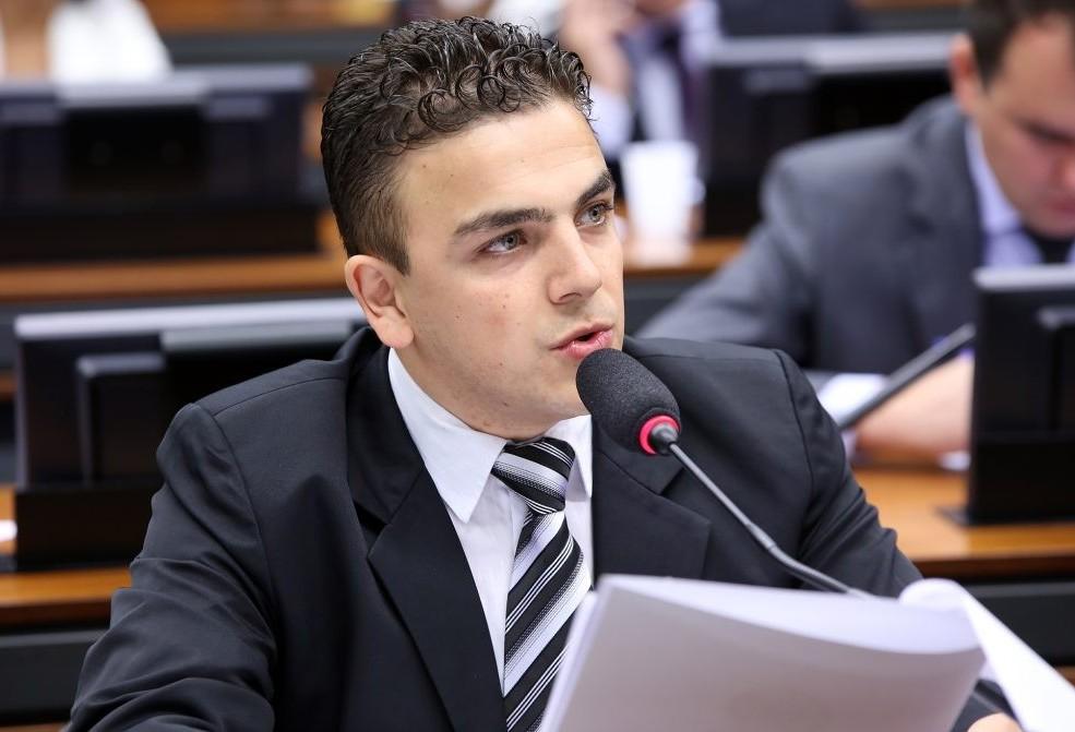 """""""O ministro da Educação aposta, infelizmente, no confronto ao invés de tentar o diálogo"""", diz deputado"""
