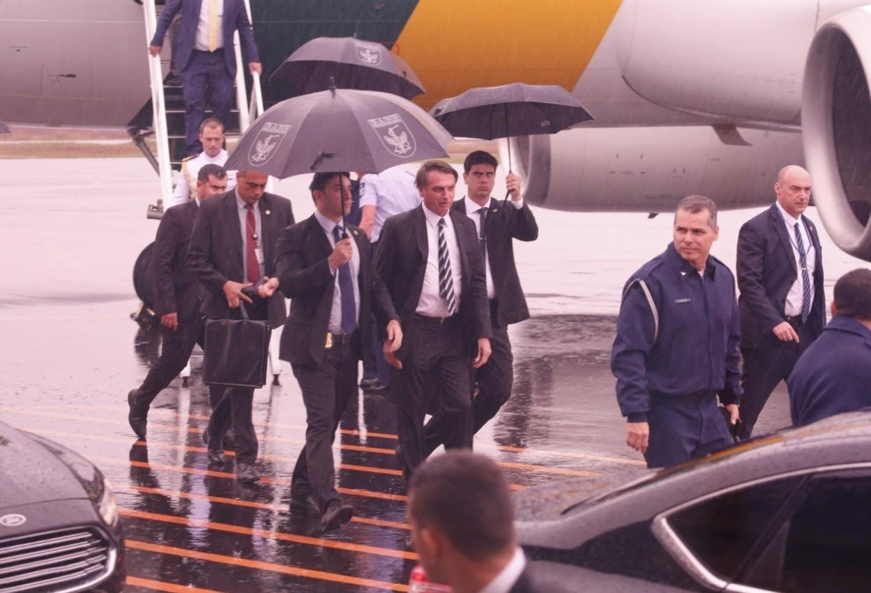 No aeroporto, presidente Jair Bolsonaro conversa com a imprensa