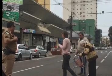 PM ajuda idosa a atravessar rua e vídeo ganha força nas redes sociais