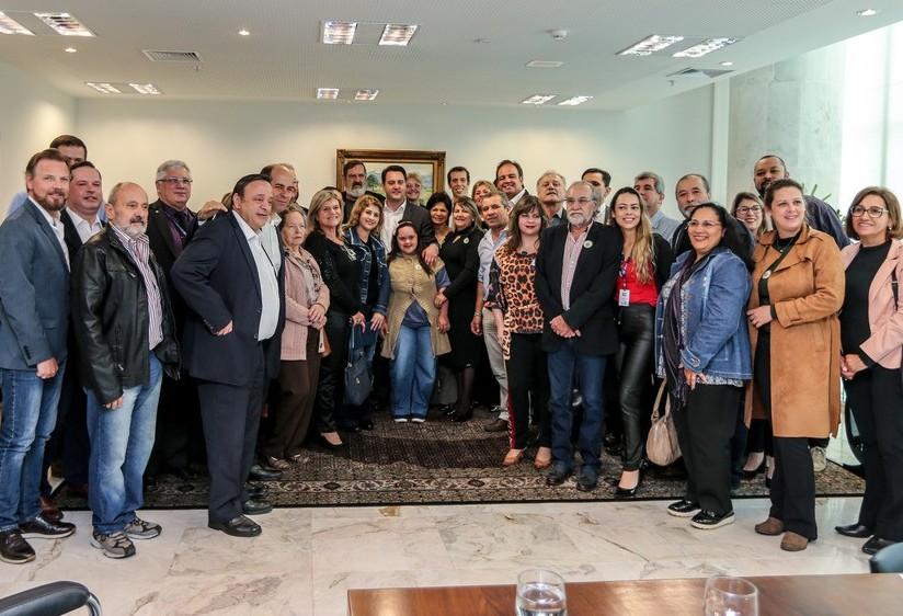 Governador Ratinho Jr firma convênio com 400 entidades de ensino especial