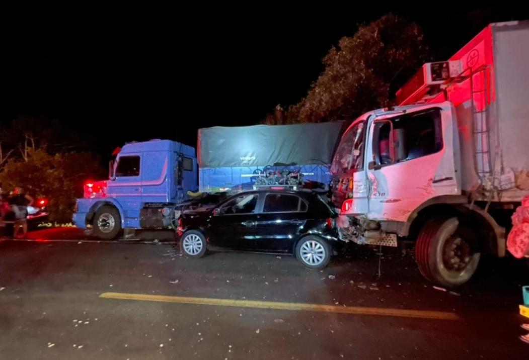 Grave acidente envolvendo carros e caminhões