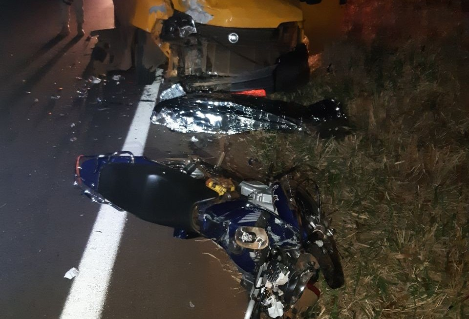 Motociclista morre após colidir com van